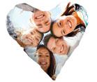 cuscino a forma di cuore raffigurante un gruppo di amici